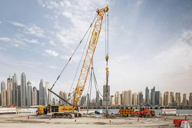 Верижен кран на Liebherr работи в Дубай